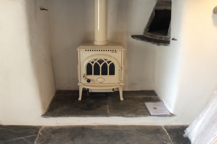 Cream Jotul Woodburner in a Traditional Fireplace